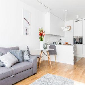 Małe, jasne mieszkanie na wynajem. Projekt: Decoroom. Fot. Marta Behling