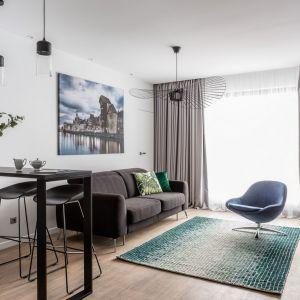 Nieduży salon został połączony z kuchnią. Projekt: Studio Projekt. Fot. Foto&Mohito, Welcome Apartment