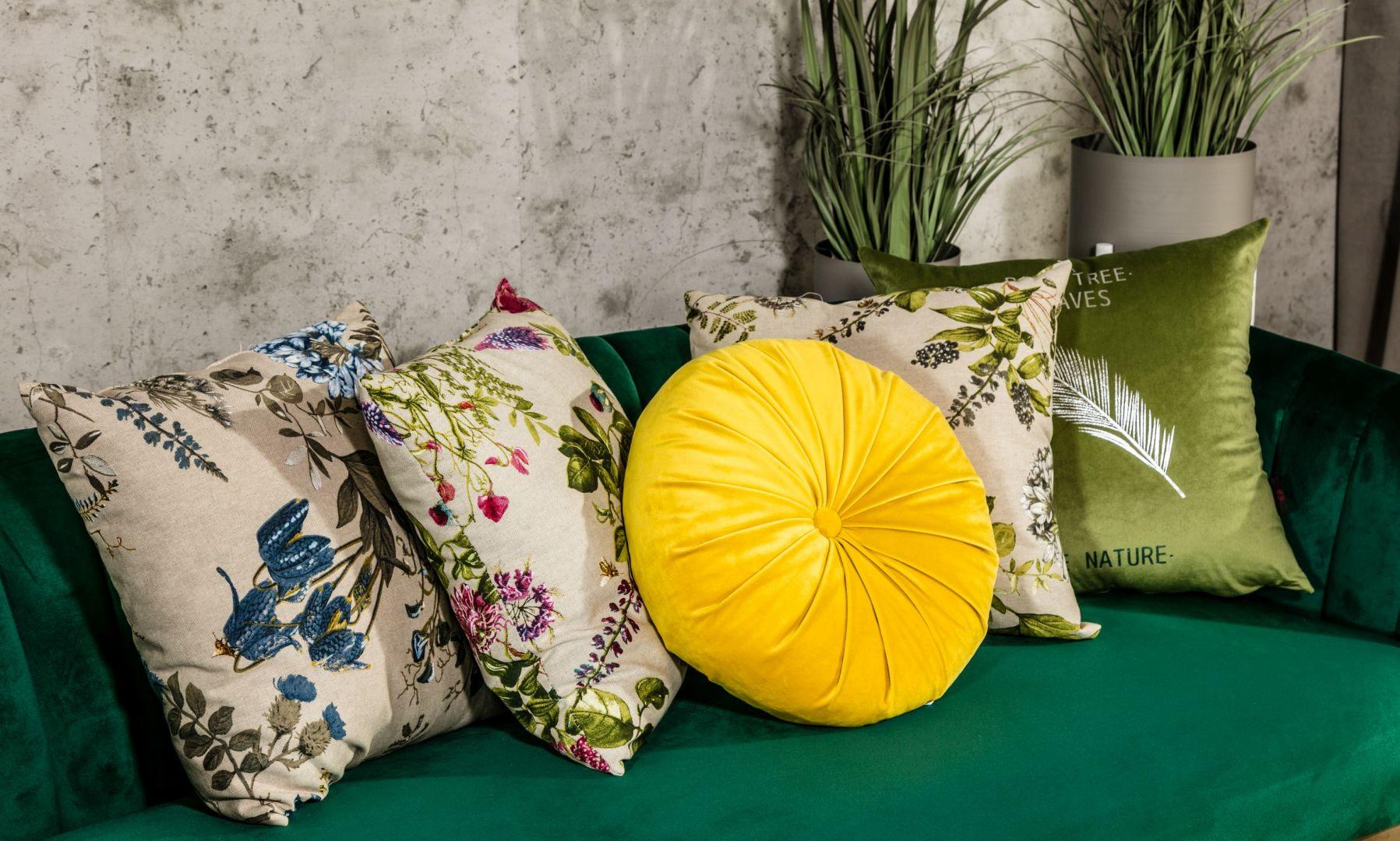 Wnętrze nabierze nowego uroku, jeśli wprowadzisz do niego wiosenne akcenty. Ozdobne tekstylia w barwnych kolorach i kwiecistych wzorach mogą odmienić każdą aranżację salonu czy jadalni. Fot. Salony Agata