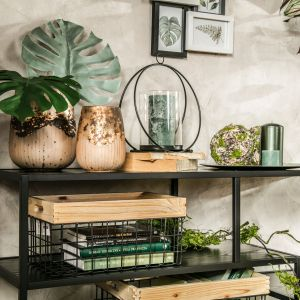 Wybierz dekoracyjne poduszki z motywem liści, podkładki na stół w żywych kolorach – zmień również dotychczasowe zasłony, przez które słońce będzie mogło wpadać do Twojego wnętrza. Fot. Salony Agata