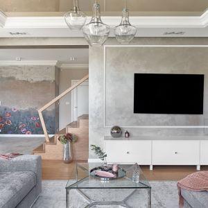 Efekt betonu na ścianie za telewizorem w salonie. Projekt Ewelina Rutkowska, studio projektowe Meteor. Fot. Tom Kurek.