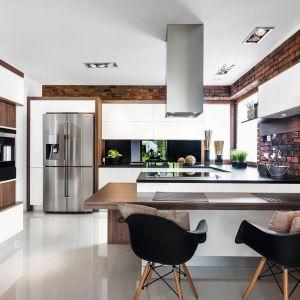 Cegła na ścinie w kuchni. Projekt Vigo Meble. fot. Artur Krupa