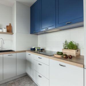 Okap podszafkowy to sposób na to, by okap w kuchni był naprawdę niewidoczny. Projekt: Justyna Mojżyk, poliFORMA. Fot. Monika Filipiuk-Obałek