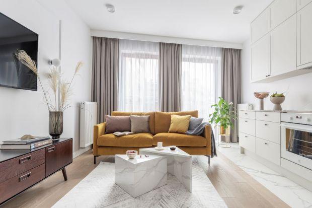 Utrzymane w pastelowej kolorystyce mieszkanie oczarowuje znakomicie dobranymi dekoracjami. Za projektem tego niewielkiego wnętrza w Warszawie stoi projektantka Katarzyna Szostakowska, właścicielka pracowni Kate&Co.