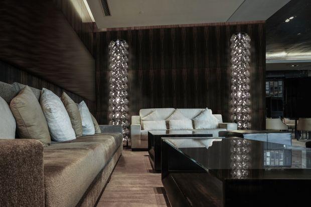 Lampy z kolekcji High Tower dostępne już są w wersji stojącej. Możesz je więc ustawić dowolnie, oświetlając i dekorując wnętrze według własnego pomysłu.<br /><br /><br /><br />