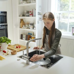 Bateria do kuchni Franke Atlas Neo Sensor może być sterowana tradycyjnie, czyli mieszaczem lub bezdotykowo - z pomocą czujnika podczerwieni. Fot. Franke