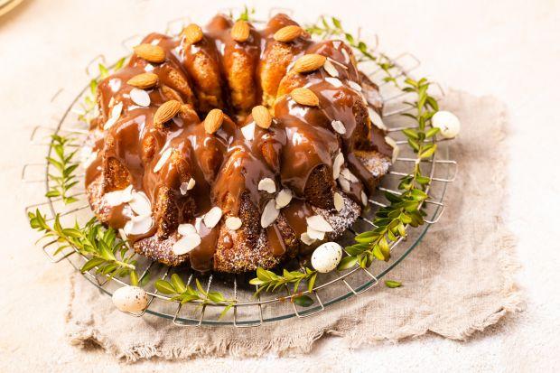 Babkaz ponczem, karmelem i migdałami to doskonały pomysł na wielkanocny przysmak. Piękne ozdobiwielkanocny stół i zachwyci wyjątkowym smakiem. Polecamy wiec świetny przepis na świąteczną babkę.