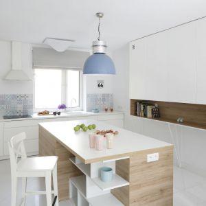 Ścianą nad blatem w kuchni wykończona jest płytkami o ładnym, kolorowym wzorze. Projekt: Ewelina Pik-Biegańska. Fot. Bartosz Jarosz