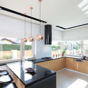 Ścianą nad blatem w kuchni wykończona jest przezroczystym szkłem. Projekt: Agnieszka Hajdas-Obajtek. Fot. Bartosz Jarosz