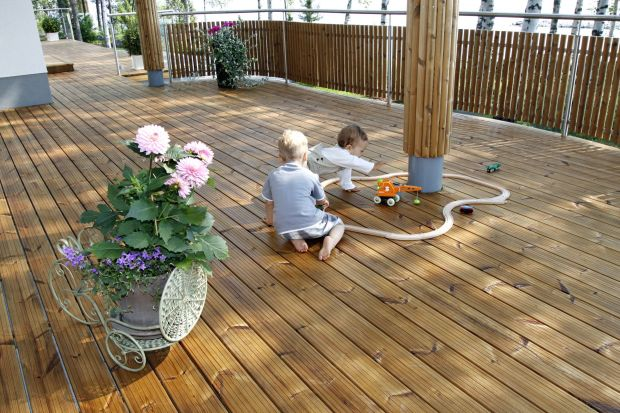 Dom i jego otoczenie powinno być bezpieczne dla dzieci. Dotyczy to także wykończenia taras. Warto wybierać materiały, które będą trwałe, estetyczne oraz bezpieczne dla zdrowie. Na co zwrócić uwagę przy ich zakupie? Sprawdźcie!<br />&l