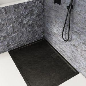 Czarny niski brodzik i czarna armatura w strefie prysznica. Fot. Schedpol