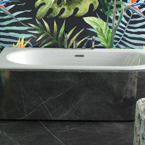 Wanna z grafitową obudową pięknie się prezentuje nawet w małej łazience. Fot. Besco