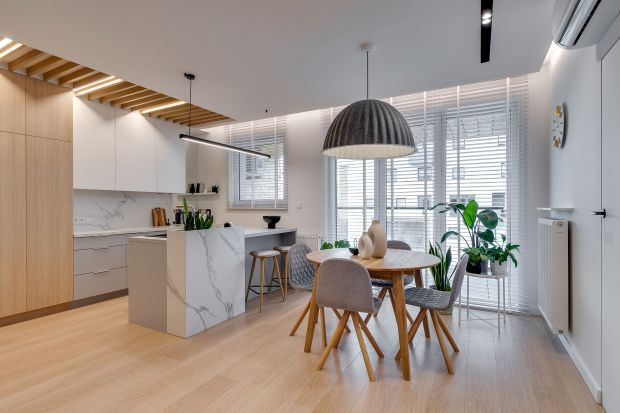 Ponad 70-metrowe mieszkanie idealnie nadaje się dla młodej, pracującej osoby. Oprócz standardowych pomieszczeń, jak salon, kuchnia czy łazienka w projekcie znalazło się domowe biuro i estetyczna oraz przestronna garderoba. Całość utrzymana jest