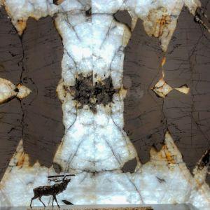 Kwarcyt Patagonia z zatopionymi fragmentami kryształu górskiego. Fot. Interstone
