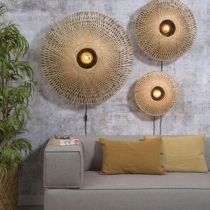 Wszystkie nowości 2021 Good & Mojo mają klosze z uprawianego w sposób zrównoważony bambusa. Plecionka z pasków czy włókien tej rośliny wprowadza do aranżacji walor naturalności i pięknie filtruje światło. Fot. Good&Mojo/BM Housing