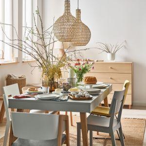 Kompletując świąteczno-wiosenną stołową aranżację nie obawiajmy się dominacji jasnej ceramiki oraz szkła. Fot. Vox