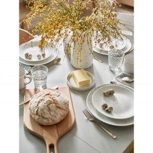 Tak jak babka jest królową świątecznego stołu, tak wypiekany domowymi metodami chleb będzie jego królem. Na blat wjeżdża na wykonanej z wiązowego drewna desce Mano. Fot. Vox