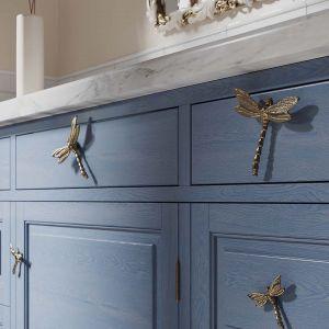 Piękne uchwyty do mebli - ważki. Fantastyczny detal mebli w salonie lub kuchni. Fot. Magic Home/Galeria Wnętrz Domar