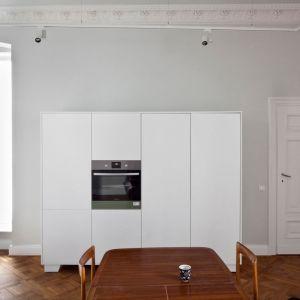 We wnętrzu uwagę przykuwają bogato zdobionej rozety na suficie. Projekt: Joanna Kulczyńska-Dołowy, Kulczyński Architekt. Fot. Hanna Długosz