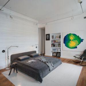 Pokój, w którym znajduje się sypialnia, powstał z połączenia dwóch pomieszczeń. Projekt: Joanna Kulczyńska-Dołowy, Kulczyński Architekt. Fot. Hanna Długosz