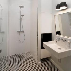 Druga, mała łazienka (ta, do której wchodzi się przez garderobę z przedpokoju) jest utrzymana w bardziej retro klimacie, w czerni i bieli. Projekt: Joanna Kulczyńska-Dołowy, Kulczyński Architekt. Fot. Hanna Długosz