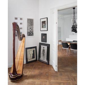 Ślad dawnego układu w sypialni widać na podłodze, na której prosto ułożone deski łączą się z parkietem – klasyczną jodełką. Projekt: Joanna Kulczyńska-Dołowy, Kulczyński Architekt. Fot. Hanna Długosz