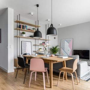 Wiosenne trendy w salonie - piękne pastele w pokoju otwartym na jadalnię i kuchnię. Autorzy projektu: Raca Architekci. Zdjęcia: Fotomohito
