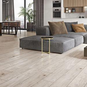 Szare płytki drewnopodobne Grand Wood Prime Grey do złudzenia przypominają drewno dębowe. Fot. Opoczno