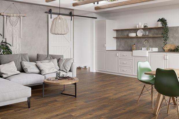 Płytki ceramiczne naśladujące drewno to prawdziwy hit we współczesnym salonie. Terakota i gres imitujące drewno są bardzo popularnym rozwiązaniem, który ma wiele zalet, choć także pewne wady. Przeczytajcie, co warto wiedzieć o drewnianych p�