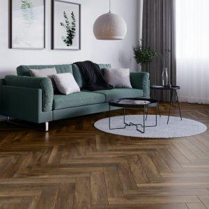 Płytki z kolekcji Tramonto Marrone doskonale imitują fakturę drewna prezentując się równie okazale i szlachetnie jak klasyczny parkiet. Fot. Cerrad