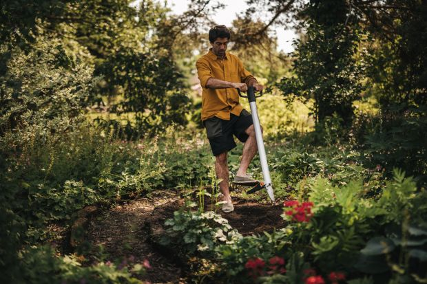Wiosna coraz bliżej, czas więc na sadzenie i wysiew roślin w ogrodzie. Przy ogrodowych pracach warto sięgnąć po odpowiednie narzędzia. Dzięki nim sadzenie i uprawa roślin będąłatwe i przyjemne.