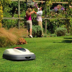 Dla osób, które pragną mieć piękny angielski trawnik bez angażowania swojego czasu, wygodną opcją jest robot koszący Honda Miimo. Fot. Honda