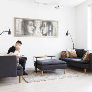 Dwie, proste, nowoczesna lamy stojące w jasnym salonie. Projekt: Paulina Kostyra-Dzierżęga. Fot. Barbara Adamek