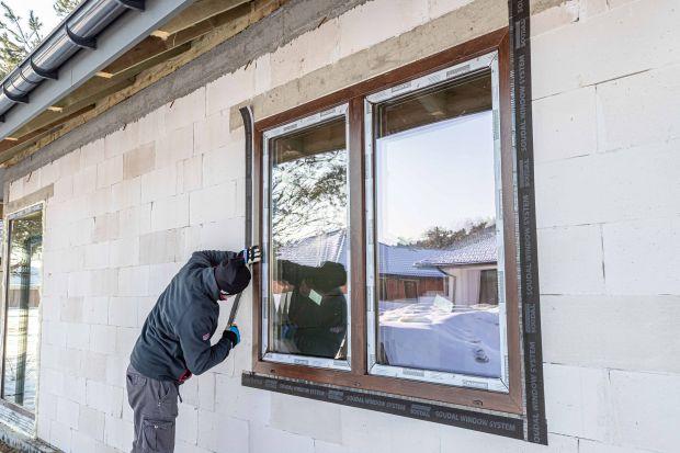 Jak zamontować okna szczelnie i zgodnie z wytycznymi? Jakie rozwiązania wybrać, aby zmniejszyć straty ciepła przy montażu nowych i wymianie starych okien? Sprawdźcie. Podpowiadamy o czym warto pamiętaćpodczas praczwiązanych z montażemokie