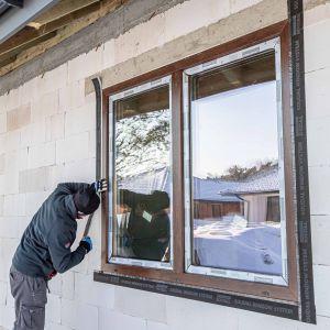 """Okno powinno być zamontowane w sposób szczelny. Szczególnie istotne jest trwałe i skutecznie uszczelnienie miejsc osadzenia stolarki w ościeżu, w myśl zasady: """"szczelniej wewnątrz niż na zewnątrz"""". Fot. Soudal"""