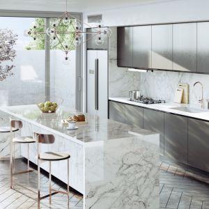 W tej kuchni rysunek marmuru na blacie i ścianie między szafkami pojawia się po postacią konglomeratu Dekton od Cosentino. Fot. Cosentino