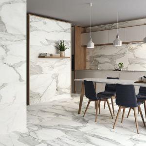 Modny pomysł na ścianę nad blatem w kuchni. Płytki Invictus mają naturalny wzór marmuru. Producent: Baldocer
