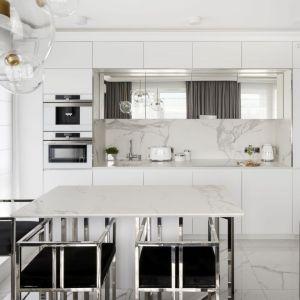 Kuchnia w stylu glamour z marmurowymi płytkami nad kuchennym blatem. Projekt: Magdalena Miśkiewicz, Fot. Łukasz Zandecki
