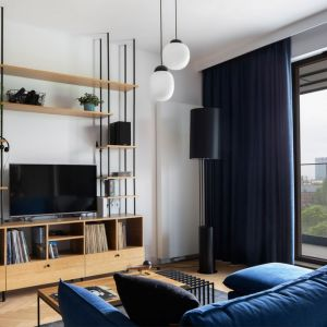 W nowoczesnym salonie świetnie sprawdziły się proste półki. Projekt: Marta Kodrzycka, Marta Wróbel, Grupa Malaga. Fot. Magdalena Łojewska