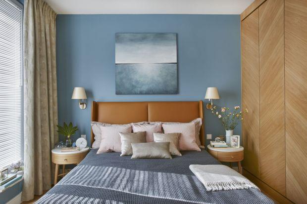 Nic nie sprzyja wypoczynkowi bardziej niż chłodne kolory ścian. Błękity, granaty, zielenie i szarości w sypialni wprowadzą atmosferę błogiego relaksu. Wystarczy zastosować je na jednej ze ścian, np. za wezgłowiem łoża.