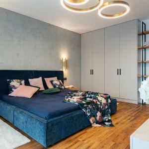 Szara ściana za wezgłowiem łóżka w sypialni. Projekt Aleksandra Michalak x Dekorian Home fot. Łukasz Michalak