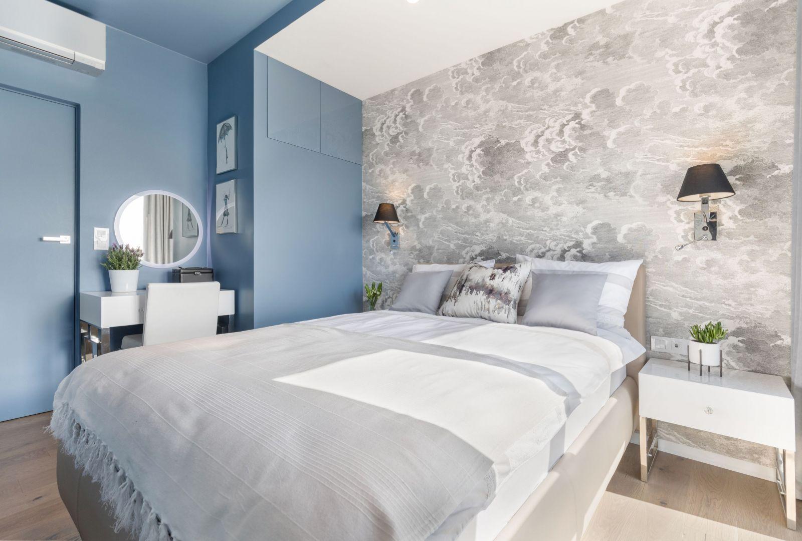 Tapeta w chmury koresponduje z błękitnym kolorem ścian. Projekt i zdjęcia Monika Staniec