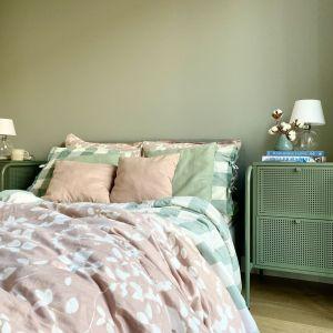 Oliwkowy kolor ściany za wezgłowiem łoża. Projekt Zuzanna Kuc, pracownia ZU Projektuj