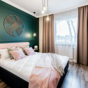 Ścianę za łóżkiem zdobi zielona sztukateria. Projekt Marta Piórkowska-Paluch. Fot. Andrzej Czechowicz, Foto Studio Wrzosy.