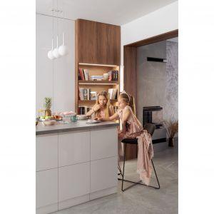 Miejsce na domową biblioteczkę zapanowano w kuchni. Projekt: Agnieszka Morawiec, Pracownia Projektowa Siedem. Fot. Dariusz Jarząbek Fotografia