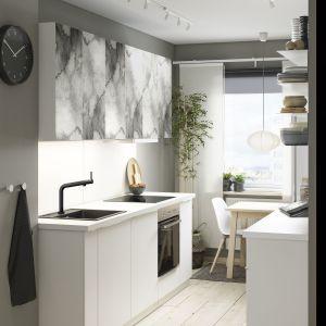 Biała kuchnia w niedużej wnęce. Fot. IKEA