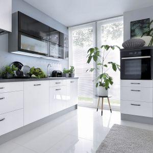Białe meble kuchenne optycznie powiększają przestrzeń. Fot. BRW