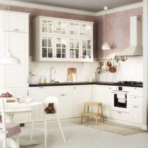 Mała, biała kuchnia w klasycznej odsłonie. Fot. IKEA