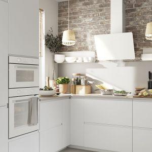 Biała zabudowa kuchenna do małych wnętrz. Fot. IKEA.
