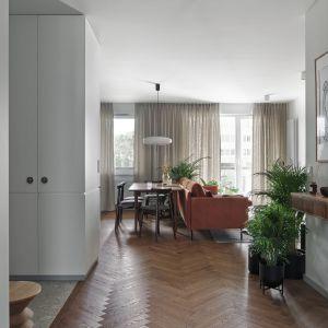 Po wejściu do pokazywanego dziś mieszkania pierwsze spojrzenia padają zazwyczaj na strefę dzienną, w której znajduje się salon i kuchnia wraz z jadalnią. Projekt Raca Architekci. Fot. Tom Kurek